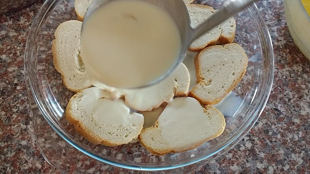 Empapar el pan en leche